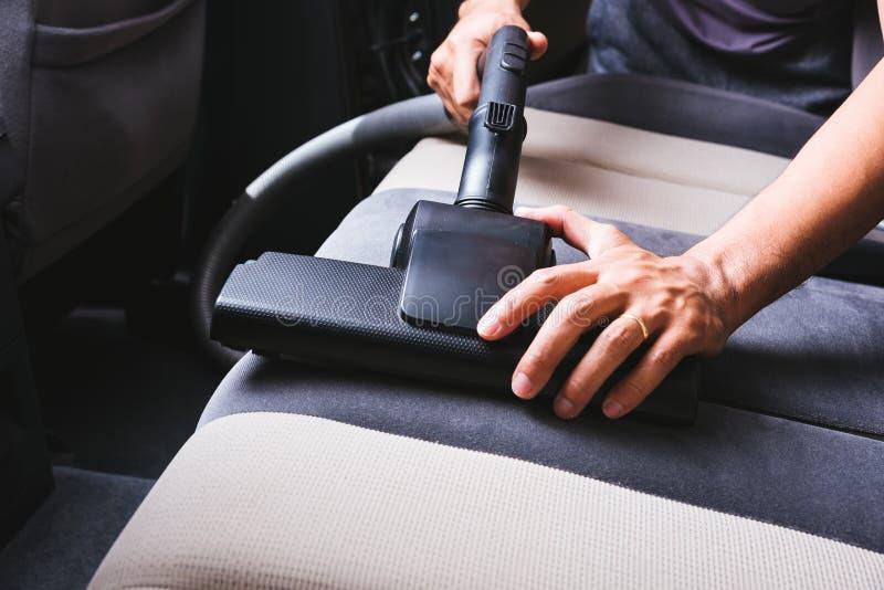 Pracownika mężczyzny pyłu czyści wewnętrzna próżnia wśrodku samochodu obrazy royalty free