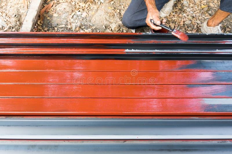 Pracownika malowa? rustproof na stalowych s?upach dla budowy obrazy stock