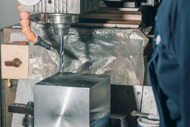 Pracownika musztrowanie Metalu musztrowanie aplikatoru armatniego metalu nit nituje warsztat obrazy stock