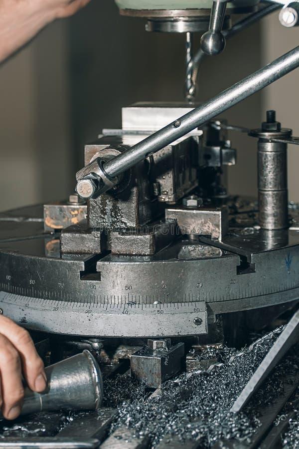 Pracownika musztrowanie Metalu musztrowanie aplikatoru armatniego metalu nit nituje warsztat obraz stock