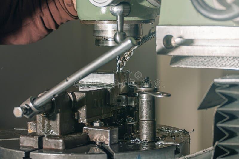 Pracownika musztrowanie Metalu musztrowanie aplikatoru armatniego metalu nit nituje warsztat zdjęcie royalty free