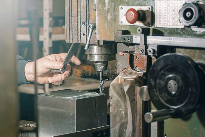 Pracownika musztrowanie Metalu musztrowanie aplikatoru armatniego metalu nit nituje warsztat fotografia royalty free