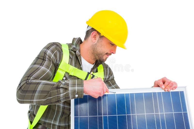 Pracownika naciągowy panel słoneczny obraz stock