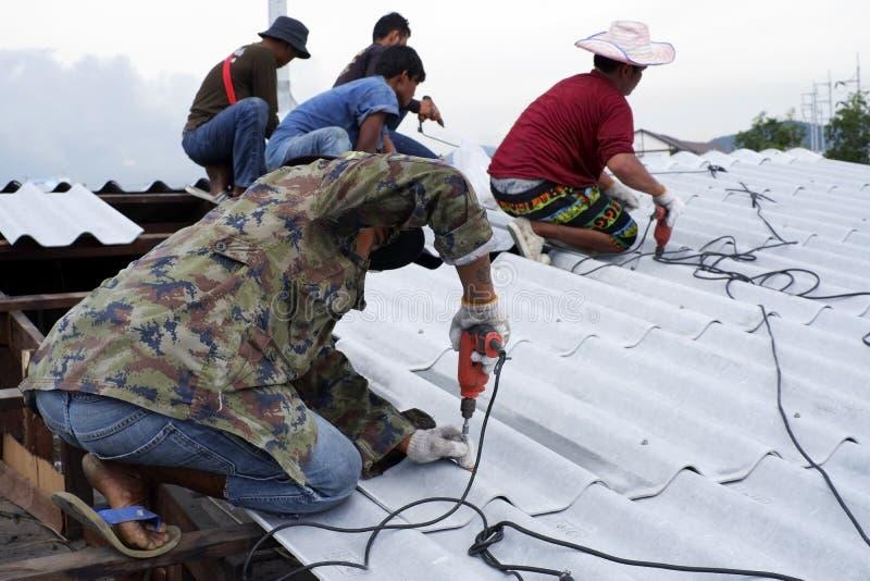 Pracownika naprawiania dachu wierzchołek zdjęcia royalty free