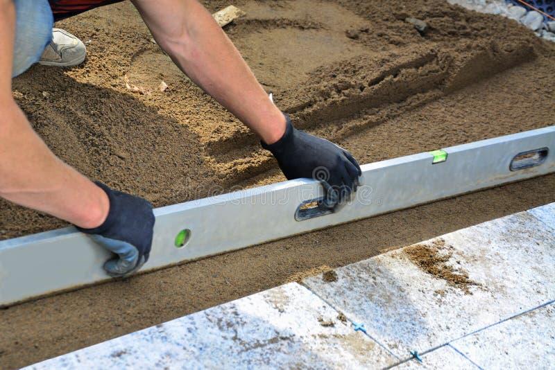 Pracownika niwelacyjnego piaska kwietnikowa warstwa obrazy stock