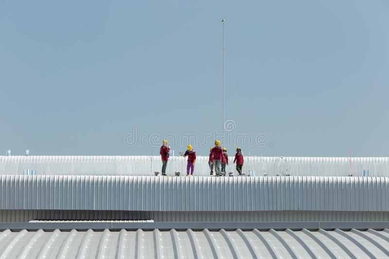 Pracownika obraz na dachu fabryka obrazy stock