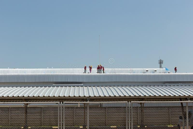 Pracownika obraz na dachu fabryka obrazy royalty free