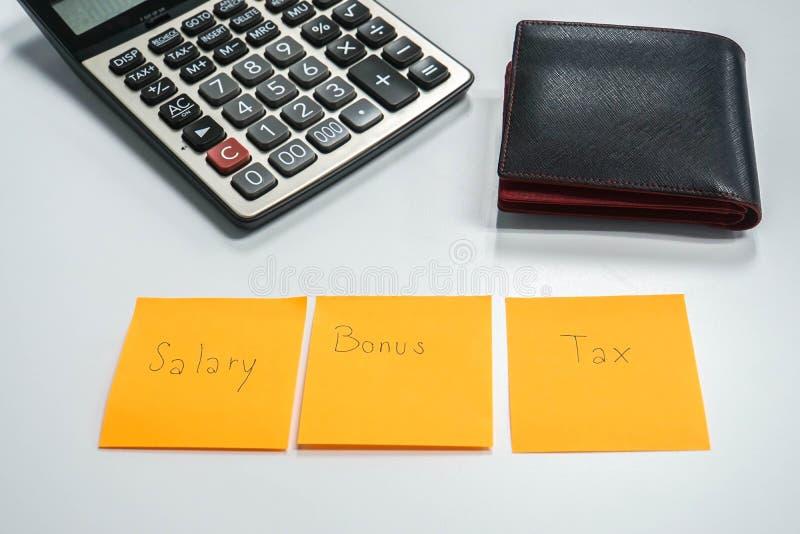 Pracownika pensyjny zarządzanie po premii i potrącenia podatku z kalkulatorem i portflem obraz royalty free