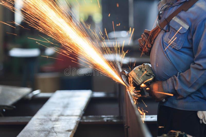 Pracownika przygotowania stalowy talerz ręki szlifierską maszyną fotografia stock