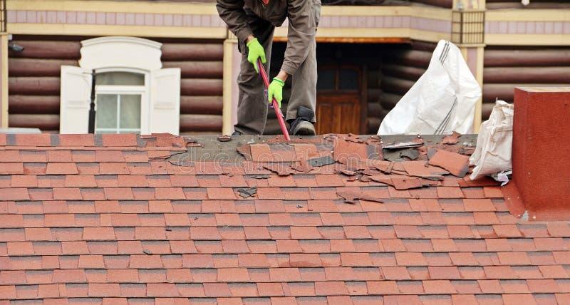 Pracownika rapairing dach zdjęcia stock