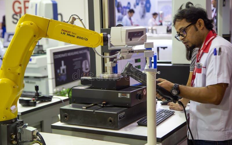 Pracownika robota kontrolna ręka ładować workpiece i rozładowywać fotografia royalty free