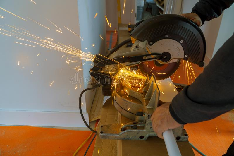 Pracownika rozcięcia metal z ostrzarzem szlifierskie żelazne iskry fotografia royalty free