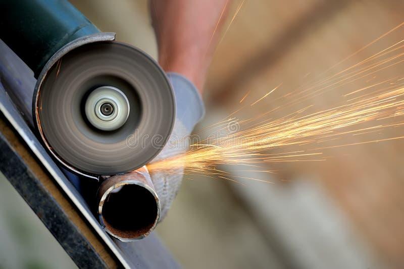 Pracownika rozcięcia metal z ostrzarzem zdjęcie stock