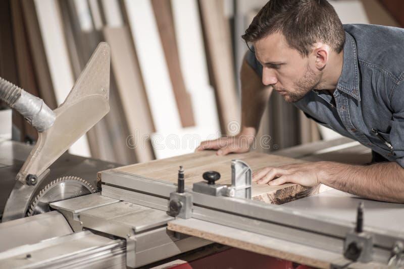 Pracownika tnący drewno obrazy stock
