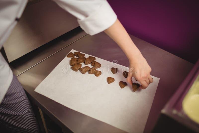 Pracownika ułożenia serce kształtował czekolady na wosku papierze zdjęcia stock