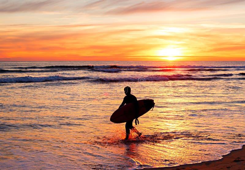 Practicando surf en la puesta del sol, Portugal fotos de archivo libres de regalías