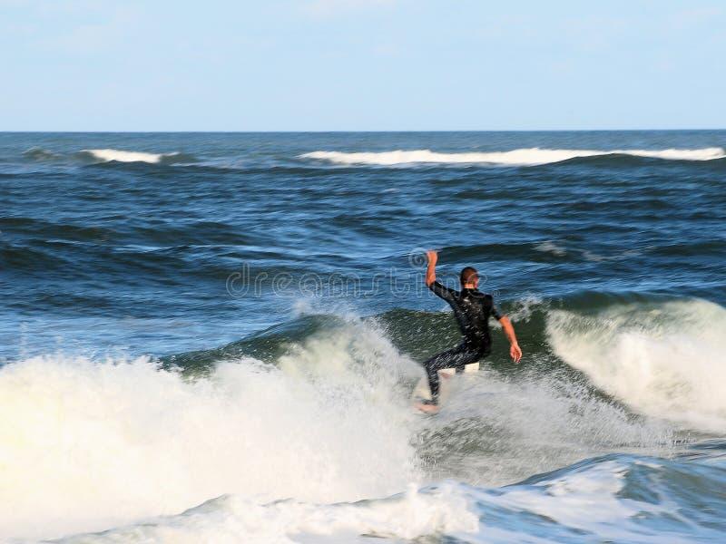 Practicando surf en St Augustine, FL fotos de archivo