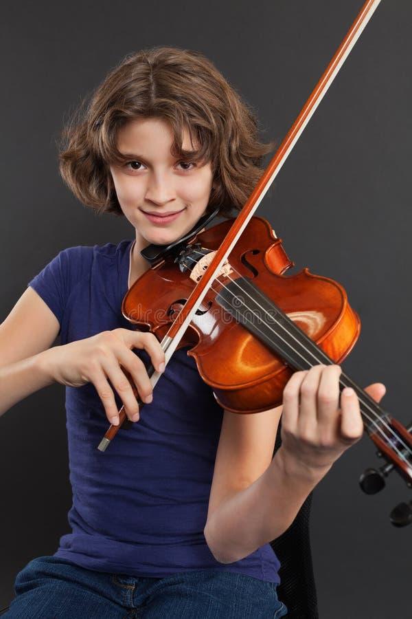 Practicar el violín foto de archivo libre de regalías