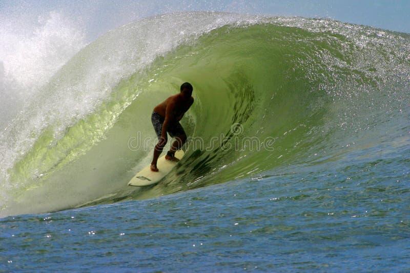 Practicar surf el tubo en Hawaii imágenes de archivo libres de regalías