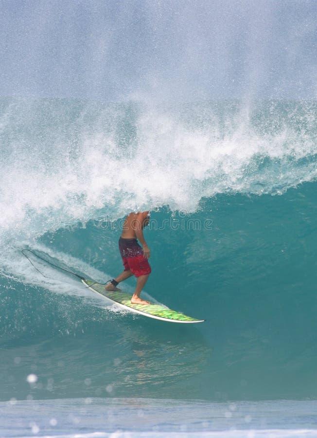 Practicar surf la tubería imagen de archivo libre de regalías
