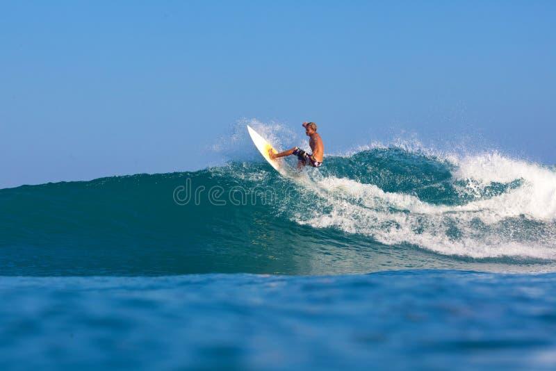 Practicar surf una onda imagenes de archivo