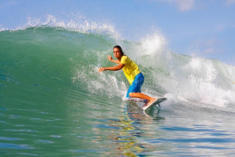 Practicar surf una onda foto de archivo