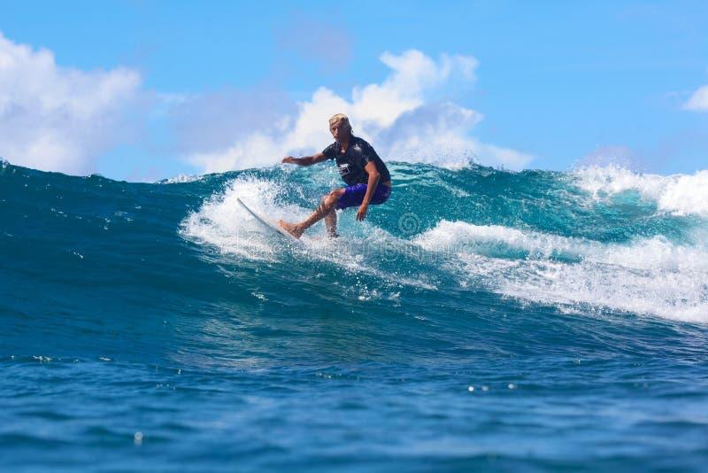 Practicar surf una onda fotos de archivo