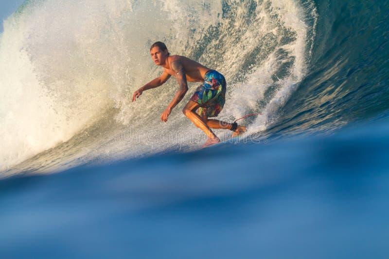 Practicar surf una onda. fotos de archivo libres de regalías