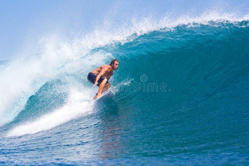 Practicar surf una resaca Area.Indonesia de Wave.GLand. foto de archivo libre de regalías
