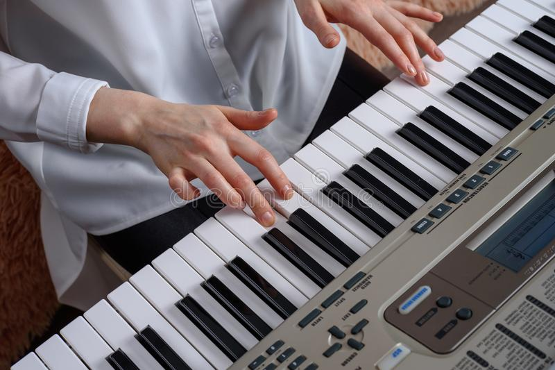 Practique el jugar en el secuenciador, hogar que aprende música imagen de archivo libre de regalías
