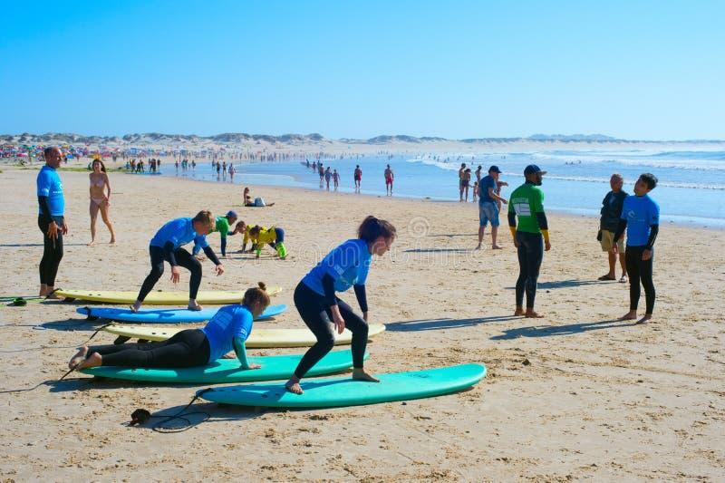 Practique surf el entrenamiento de la escuela en la playa de Baleal fotografía de archivo libre de regalías