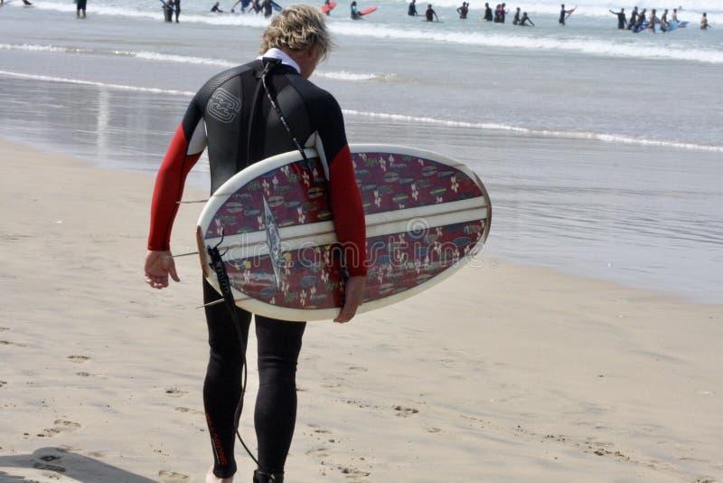 Practiquemos surf fotos de archivo