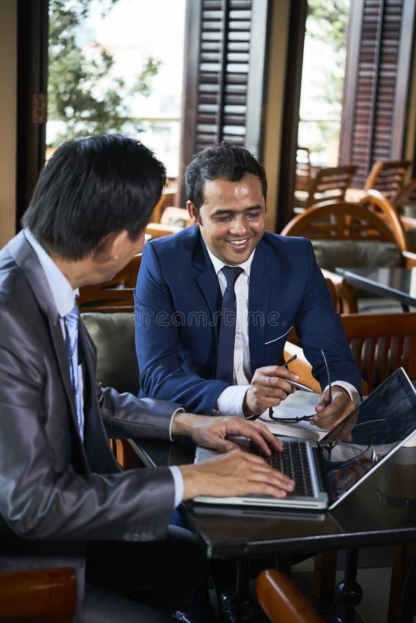 Pracujący na laptopie Online obraz stock