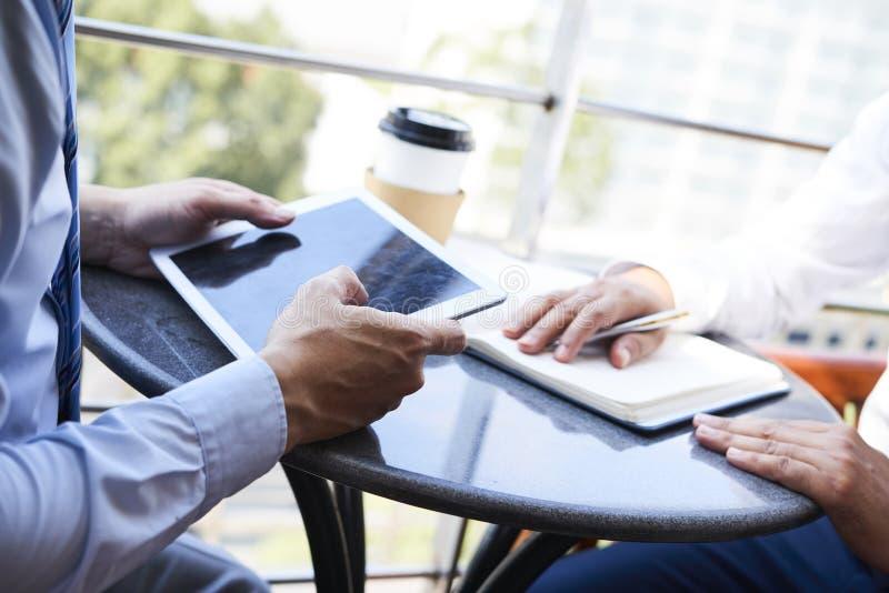Pracujący w kawiarni online zdjęcie royalty free