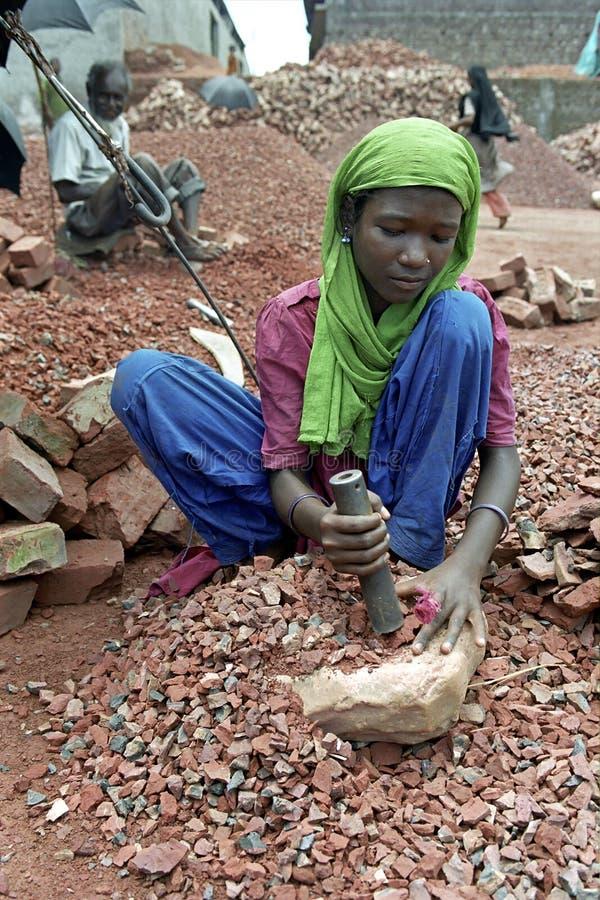 Pracująca dziewczyna w łamania polu, Dhaka, Bangladesz obraz stock