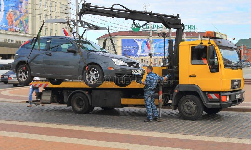Pracująca holownicza ciężarówka w w centrum Kaliningrad obraz royalty free