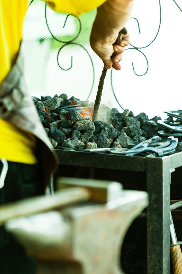 Pracująca kuźnia blacksmith w starym sklepie obrazy stock