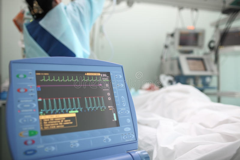 Pracująca pielęgniarka z pacjentem w ICU obraz stock