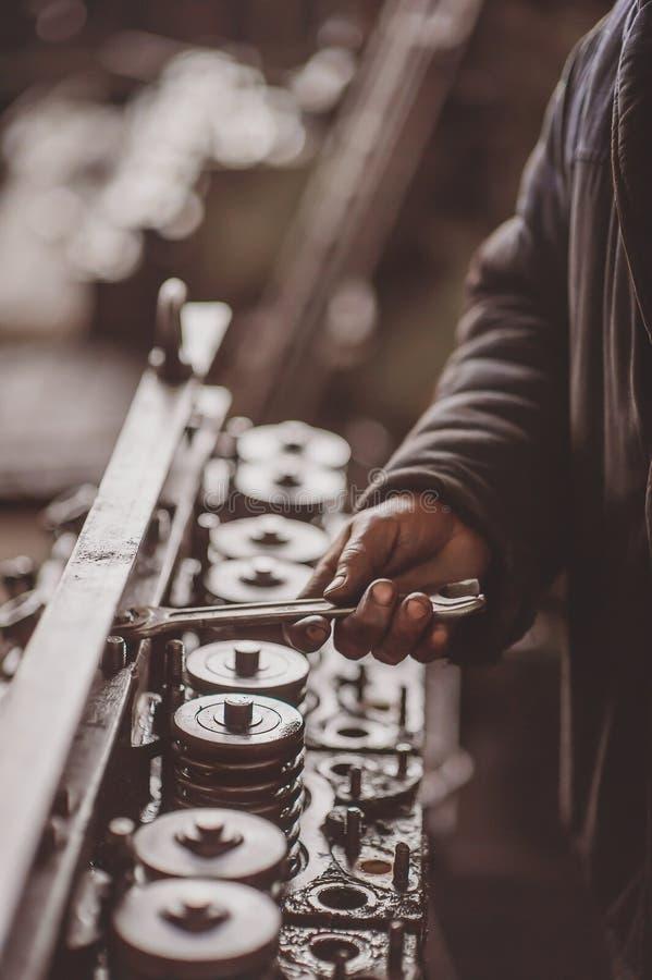 Pracująca ręka w parowozowym oleju z narzędziami obraz royalty free