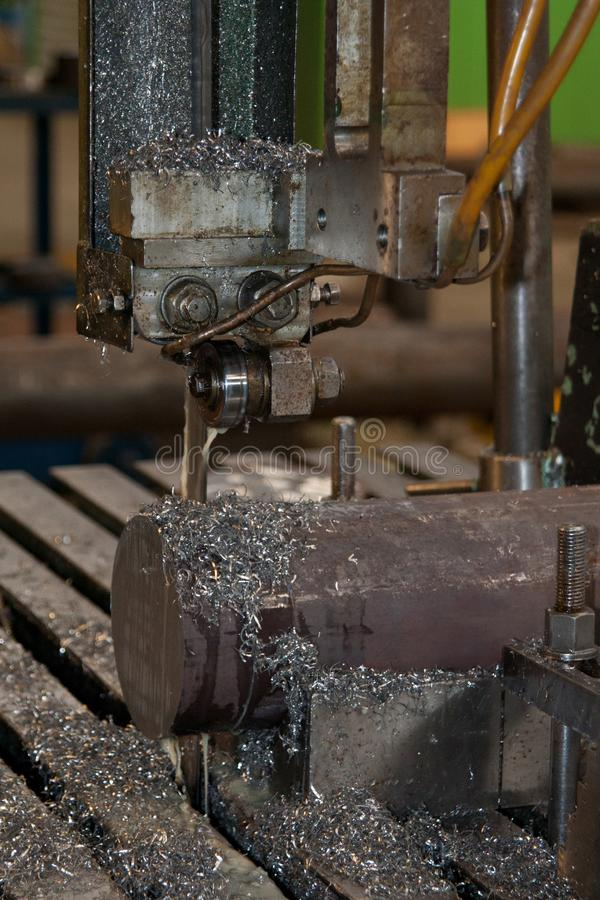 Pracująca tnąca maszyna z metali goleniami, zakończenie w górę fotografia royalty free