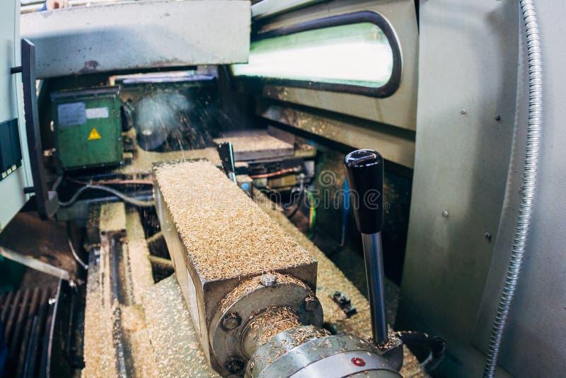 Pracująca tnąca maszyna z metali goleniami, zakończenie w górę zdjęcia royalty free