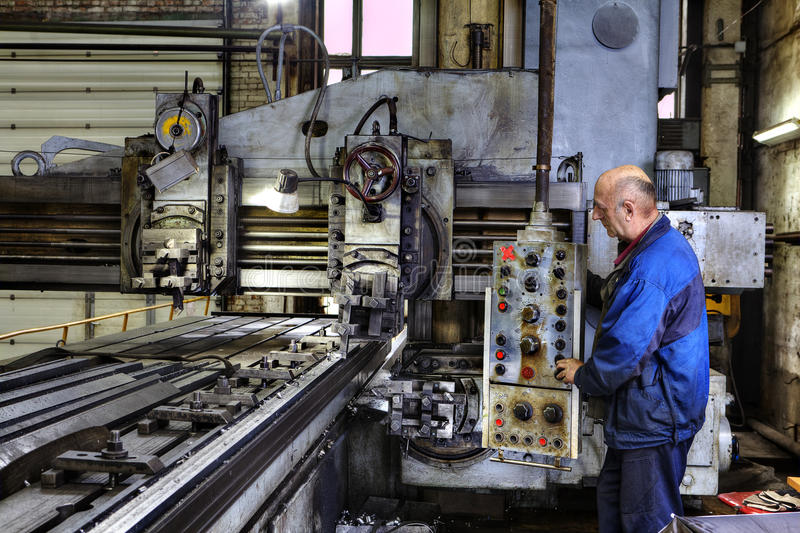 Pracujące maszynowego operatora kontrola przerób metal zdjęcia royalty free