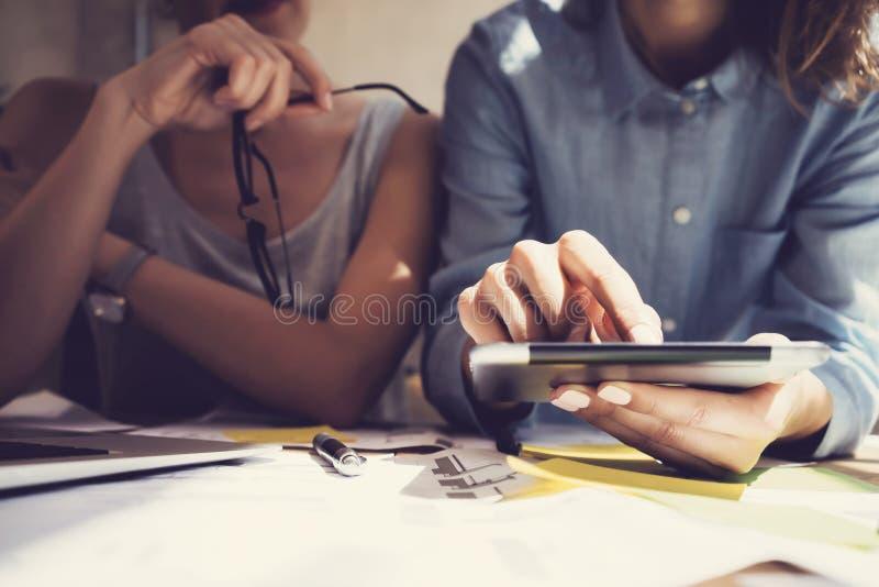 Pracującego czasu nowożytny Pracowniany Loft Dziewczyny macania pokazu Cyfrowego pastylki ręka Projektów producenci Bada proces z obrazy stock