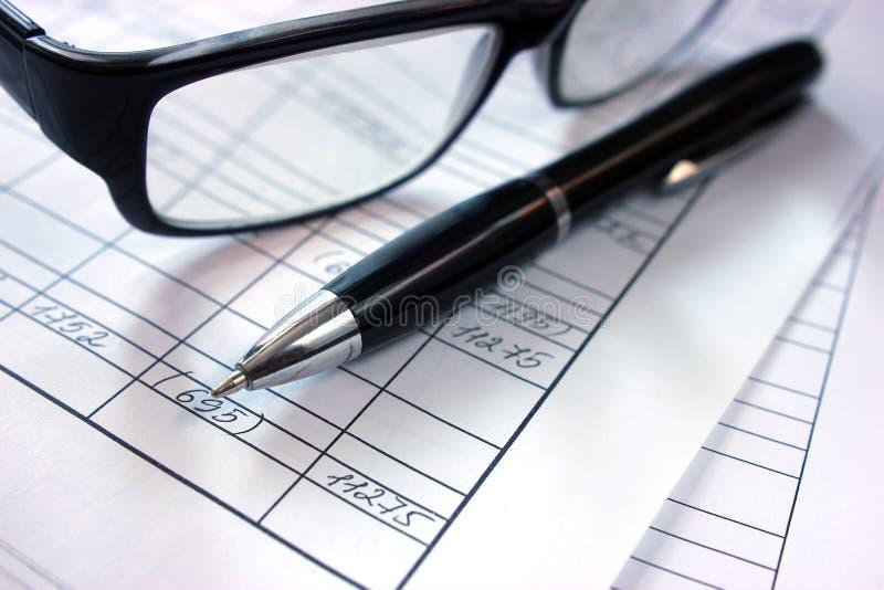 Pracujący środowisko na stole w biurze, obliczenie Pieniężny dane zdjęcie royalty free