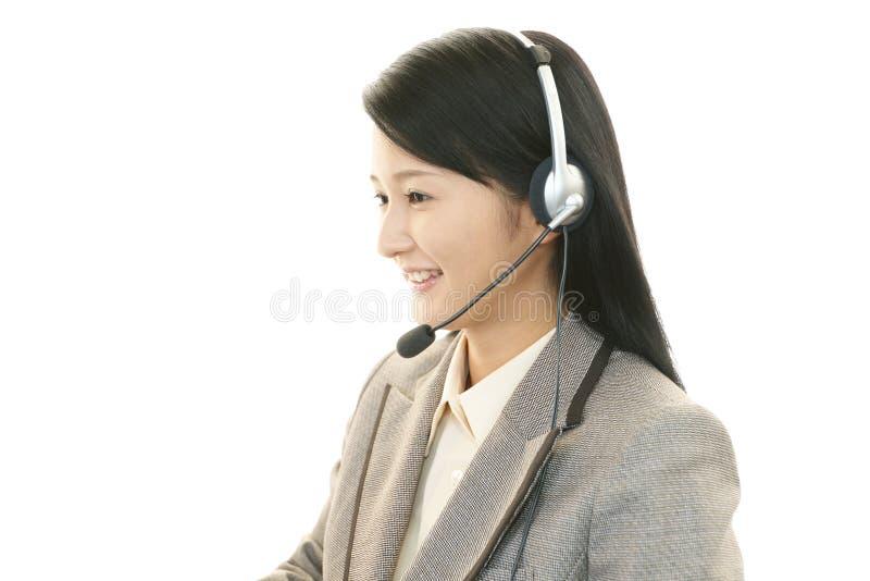 Pracujący centrum telefoniczne operator zdjęcie stock