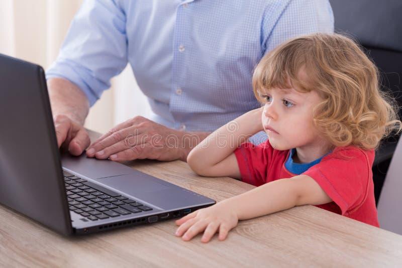 Pracujący dziad na laptopie zdjęcie stock