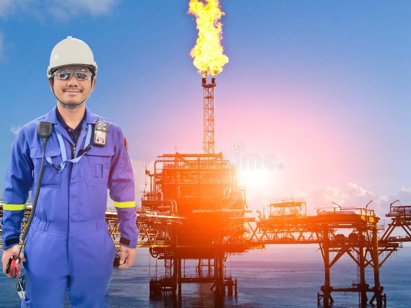Pracujący inżynier przy na morzu ropa i gaz rafinerią zdjęcia stock