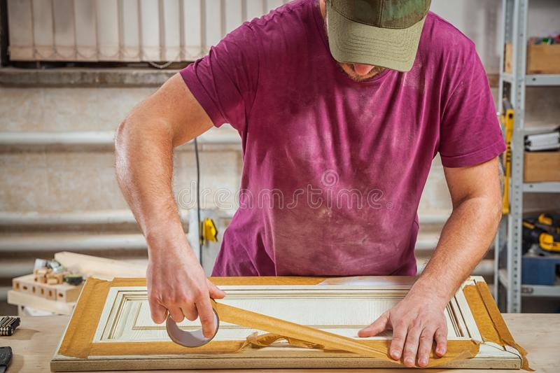 Pracujący mężczyzna ochraniać drewnianego obrazy stock