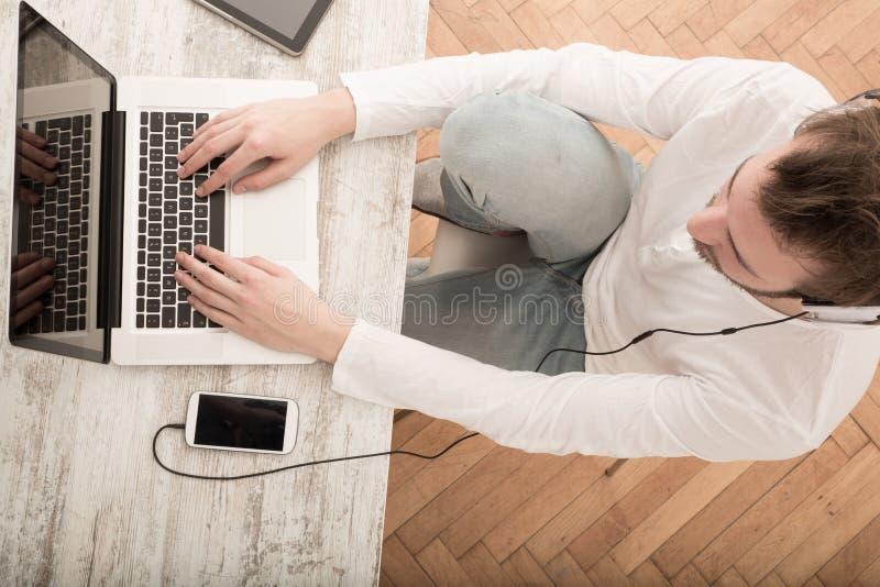 Download Pracujący Mężczyzna Pracuje W Domu Zdjęcie Stock - Obraz złożonej z komputer, laptop: 57654430