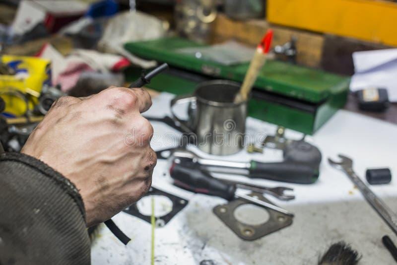 Pracujący mężczyzna z brudnymi rękami i narzędziami fotografia royalty free